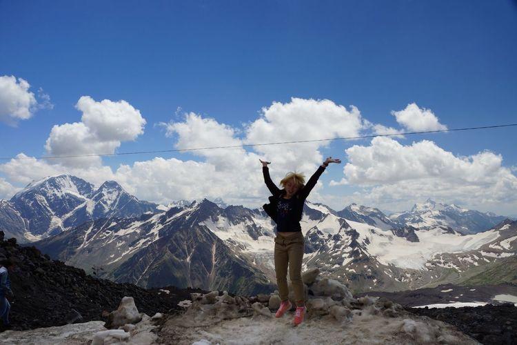 На Эльбрусе. Лето. Снежная вершина. EyeEm Selects Mountain Snow Mountain Range Winter Sky Cold Temperature One Person Nature People