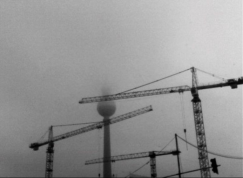 (C) Alexander Eger Berlin SNAPSHOTS Fernsehturm Berlin  Nebel Crane Cranes Krähne über Berlin Early Morning Fog Foggy Morning Foggy Foggy Weather Shades Of Grey
