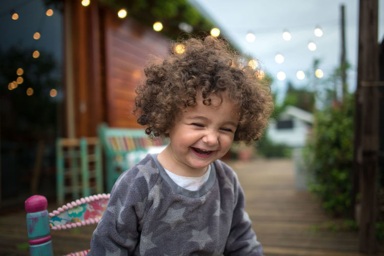 Childhood Curly Hair Child Focus On Foreground Happiness Smiling Portrait Front View Hairstyle One Person Real People Lifestyles Indoors  Headshot Innocence Males  Emotion Hair Mouth Open Smile Reir