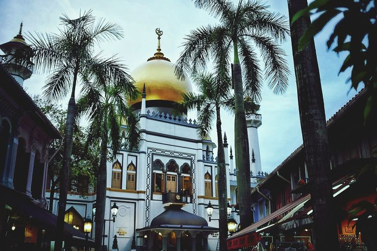 Sultan Mosque. Architecture Built Structure City Travel Destinations Building Exterior Cityscape Urban Exploration Streetphotography City Life Singapore Architecture Adapted To The City City Outdoors Worship Mosque Vintage EyeEmNewHere The Street Photographer - 2017 EyeEm Awards Neighborhood Map The Architect - 2017 EyeEm Awards