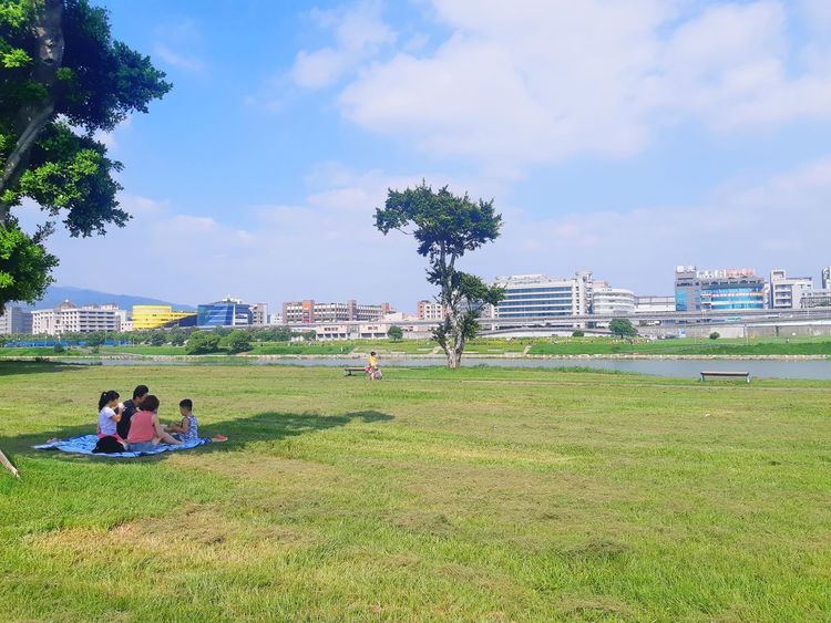 family picnic..😍 Picnik Love The Power Of Love All About Love Outdoors Greenpark Happy Taipei Taiwan Taiwanese Songshan Family A New Beginning Men City Water Women Sky Grass Family Bonds Parent