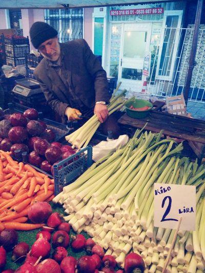 Yaş farketmiyor ki, mesele ekmek parası olunca... Istanbul Turkey Pazar Semtpazarı Ihtiyar Oldman Streetphotography Organic Food