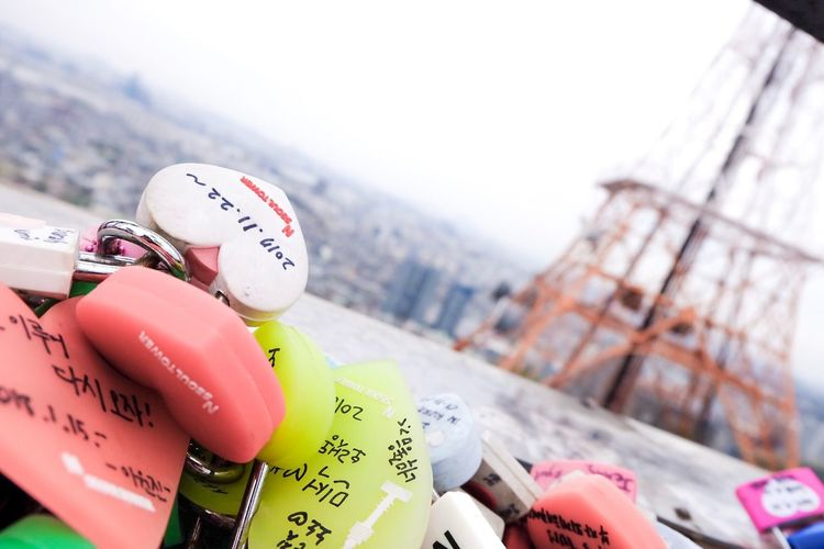 locket heart 🔒❤️ N Sei Oq Estou Fasendo Kkk Locks Of Love Love Padlocks N Seoul Tower (NamSan Tower) Soulmate Tower Locked Heart Memory Memories Lock Focus On Foreground Close-up Day Representation Human Hand Text Architecture Building Exterior Pink Color Sky Outdoors City EyeEmNewHere