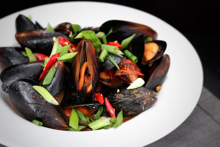 Mussels stirfry Food Food And Drink Ready-to-eat No People Freshness Close-up Indoors  Healthy Eating Day Seafood Mussels Stirfry Asiancuisine Foodphotography Darkfoodphotography Black Background Cambodianfood Chinesefood Asianfood