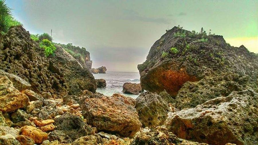 Ujan-ujanan, ngumpet di bawah batu..😓 gagal deh hari ini. 😰 Ngobaran Ngobaranbeach Wonosari Cuacaburuk Asuszenfone4s
