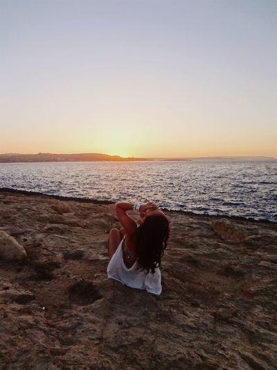 """""""Se mi basta solo un'onda o un tramonto per sentirmi viva, perchè non dovrei continuare così, ora che mi sono resa conto che questi momenti magici sono senza tempo, ci vengono incontro ogni giorno, e aspettano solo che uno li afferri e non se li lasci scappare?"""" -S.B. Malta♥ Anotherbeautifulsunset Enjoyingmyholiday Justme🔱"""