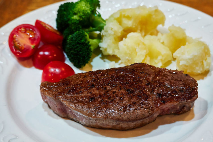 Steak Wineglass Wine Red Wine Ready To Eat Temptation Dinner Home Made Food And Drink Food Meat Ready-to-eat Plate Freshness Vegetable Healthy Eating Still Life Indoors  Wellbeing No People Meal Close-up Serving Size Broccoli Green Tomato High Angle View Table Mash - Food State Crockery