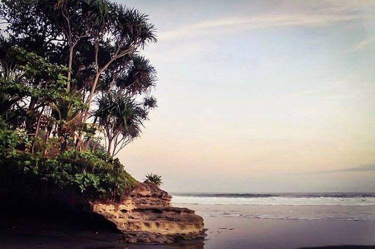 Masih edisi dibuang sayang...Beutiful  Beach Batuhiu Sunset Clouds Tree Natural Latepost Instalike Indonesian Exploreindonesia Landscape Panorama
