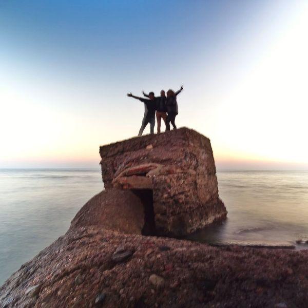 . No importa lo alto que escalas si no puedes compartir tu alegría con la gente que amas. . Otra maravillosa tarde con unos monstruos de IG, con corazones como un melón y, por suerte, divertidos mogollón. ----------------------- . No matter how high you climb if you cannot share your joy with the people you love._______ Another wonderful evening with some IG monsters, owners of melon hearts and fortunately they're fun galore. at Platja De La Pixerota ___ Somosfelices EyeEm Best Shots Sunset