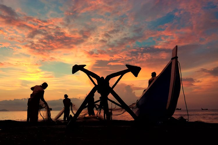 Photography Aceh Culture Aceh INDONESIA Fish Water Sunset Full Length Fisherman Beach Oil Pump Men Silhouette Occupation Working Rice Paddy Commercial Fishing Net Farmland Fishing Equipment Fishing Rod Fishing Industry Cultivated Land Satoyama - Scenery Fishing Fishing Net Asian Style Conical Hat