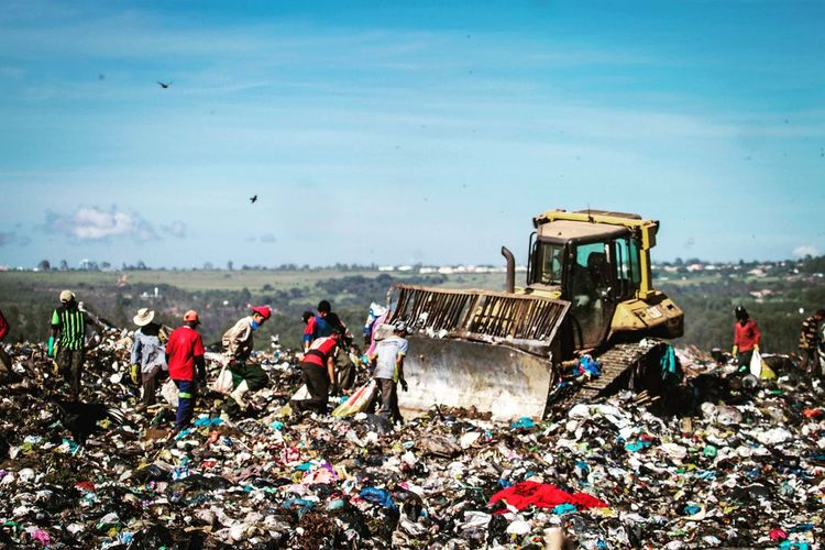 People and Trash Trash Poor  Poorpeople Producer Brazil Canon DSLR Independent  MOVIE Documentary Hope Sad Sadness Warzone Work Film