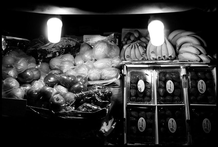 Fruits Winter Downtown Mono Photo @korea seoul jongro @panasonic GF1 / 20mm f1.7