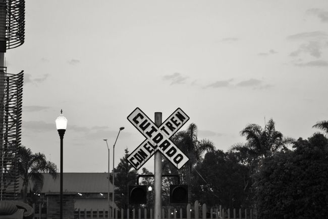 Cuidado con el tren... Communication Road Sign Railway Signal Guidance D3000 Aguascalientes Nikon Historia Photography Historic Ferrocarril Locomotora Cotidiano Urban Street Photography