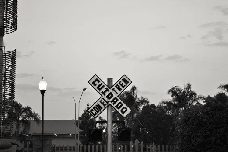 Cuidado con el tren... Communication Road Sign Railway Signal Guidance D3000 Aguascalientes Nikon Historia Photography Historic Ferrocarril Locomotora Cotidiano Urban Street Photography