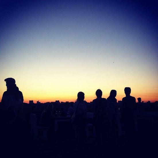 Silhouetten. People Sunset Silhouettes Silhouette Peoplephotography Sunset Klunkerkranich  Berlin Neukölln Sonnenuntergang Beobachten #himmel
