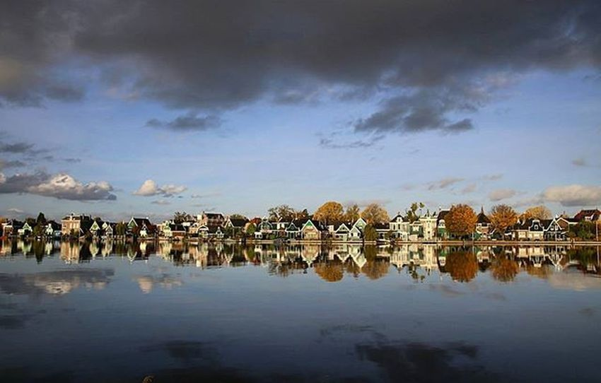 Zaandijk Zaandijk Zaanseschans Holland Sky Blue Bluesky Clouds Reflection Photo Photooftheday Instagood Insta Instadaily Amazing @canonnederland Zaandam Instalove Love Like City
