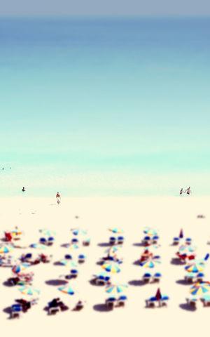 Viele Sonnenschirme und Sonnenliegen Sandstrand und blaues Meer Art ArtWork Badeurlaub Blaues Wasser Grünes Wasser Himmel Liegestühle Luftbild Luftbilder Meer Menschen Sandstrand Sommer Sommer Sonne Sonnenschein ❤ Sommerfeeling Summertime Urlaub Von Oben Wasser