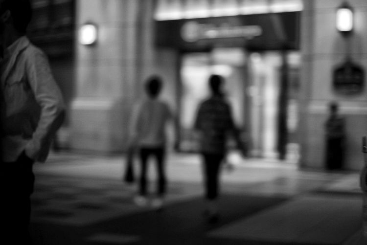 Black And White Streetphoto_bw Streetphotography City Crowd Full Length Pedestrian Illuminated Men City Life Walking Blurred Motion Commuter