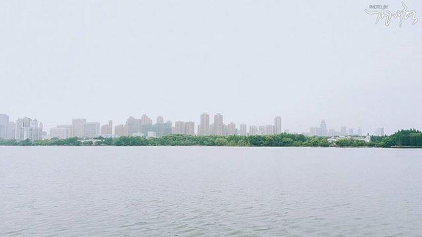 2016.05.15 미세먼지 없던 날 일상 산책 호수 건너편 감성사진 내가찍음 스냅사진 스냅 포토 포토그라피 Snap Photography Photo VSCO . . . 중국 中国 武汉 삼성 스마트폰 갤럭시노트5 Samsung Galaxynote5 Note5 폰카