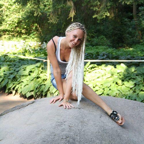 Приняла эстафету япятьлетназад от @natasha.voronina.пять лет назад я совершила свое первое самостоятельное путешествие на Украину, на фото я в Софиевском парке на каком то камне желаний😃😄✈ и да пять лет назад я сделала себе африканские косички, и думала, что это оч круто 😏..мдя..и ровно 3 года я восстанавливала свои волосы после этих чудо косичек💇О боже через месяц мне будет 25!!!!😱передаю эстафету @be_marry ,@eserova ,@nebubu ,@ira.bondar ,@veronklubnika @oduvanushka,@zavyaza, @ysina1