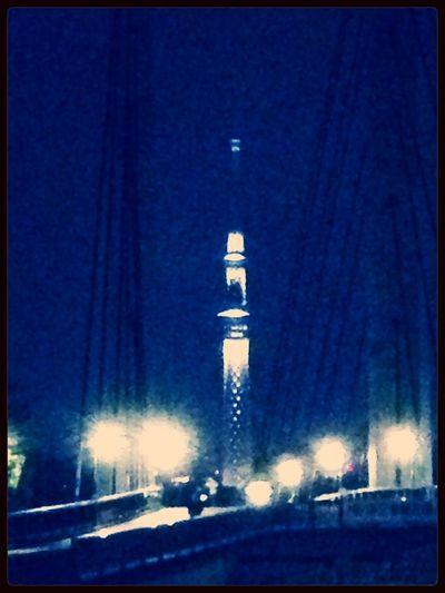 夏の夜の散歩にて、木場公園大橋に浮かぶスカイツリー