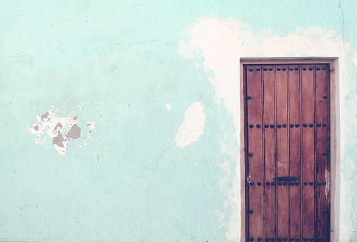 Historia breve de amor. Abrió la puerta (dos segundos), se miraron (tres segundos), la volvió a cerrar (cinco segundos). Microhistorias 🎶🎧 Suena: Abre la puerta niña. Door Puerta Casa House Microhistoriastesis99 Tesis99 Brown Door Blue House