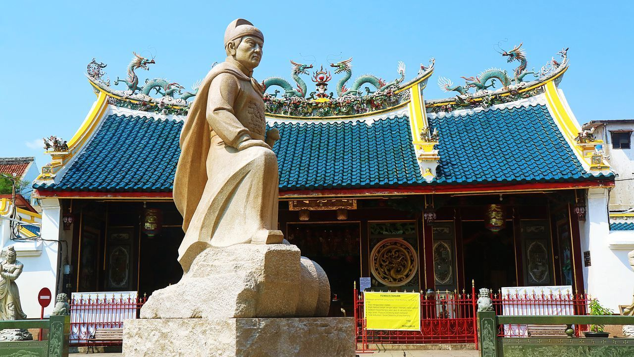 LOW ANGLE VIEW OF STATUES AGAINST BUILDING