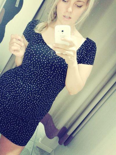 Dressroom Selfie Blonde