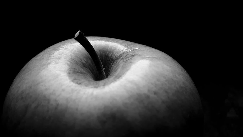 Black Background Studio Shot Close-up Fruitporn Portrait Of An Apple Close Up Fruit Granny Smith Apple Black And White Photography Black Background Astronomy Macro Photograpy