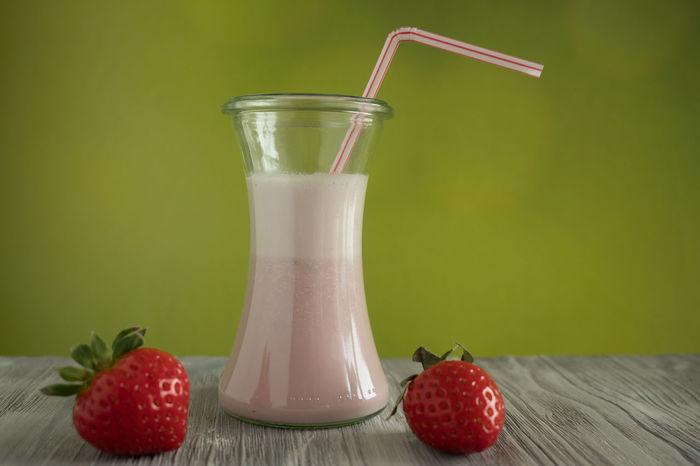 Milchshake mit Erdbeeren Milkshake Close-up Drink Drinking Glass Food Food And Drink Freshness Fruit Healthy Eating Indoors  Milk Mixing No People Strawberry Table