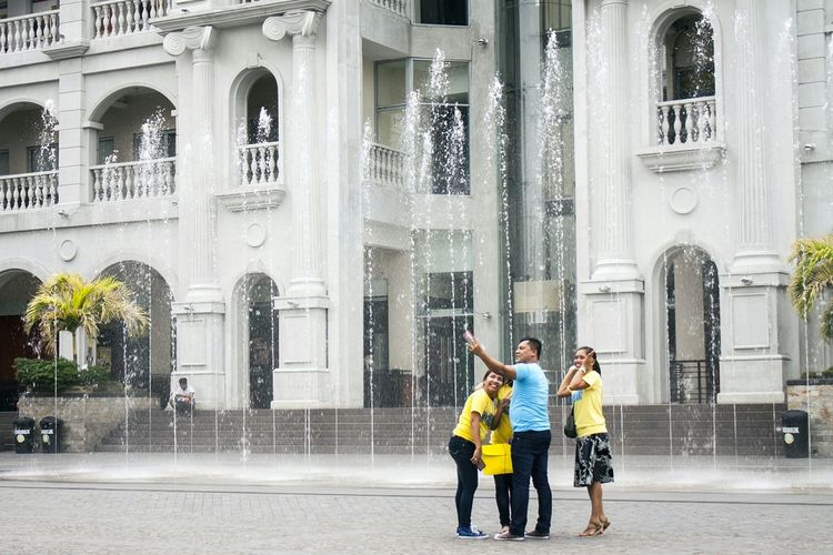 The selfie culture 📷 Selfie Culture Water Fountain Vacationing Selfie Moments Eyeem Philippines People Together