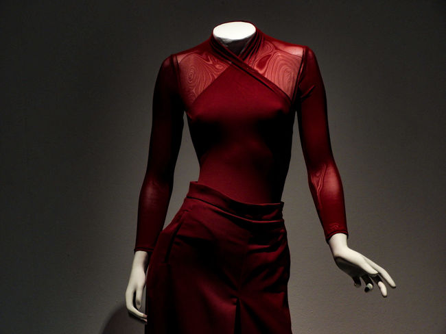 Sensualidad Maniquí Ropa Art Concept Pose Red Color Carpet Gala Maniquin Red Clothing Fashion Adult Studio Shot People Fashion Model