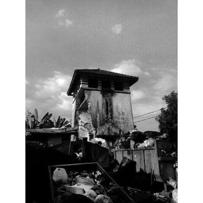 """ Kehidupan "" Ceritapagi sebuah Bangunan , Tempatsampah dan Kenyataan Bogor INDONESIA Lenovotography Blackandwhite Photostory Pocketphotography Lzybstrd"