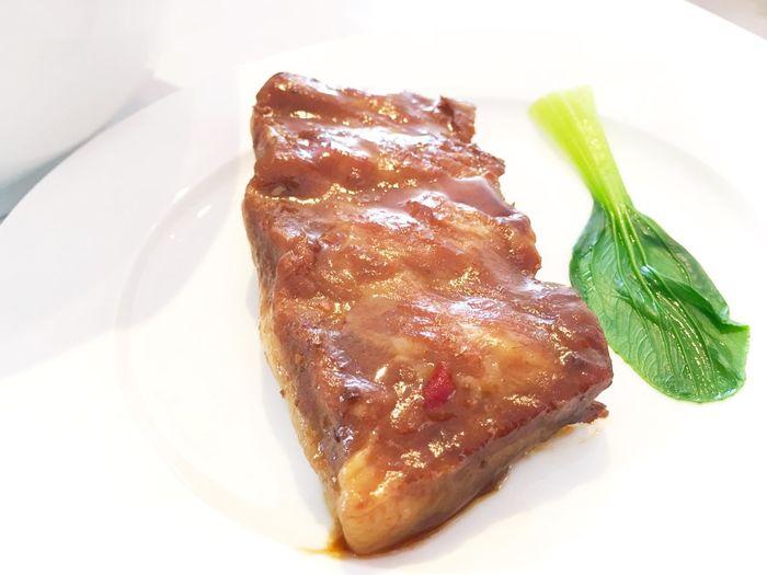 軟骨ソーキ 。そばに載せずに別盛りで出されると、ガラッと雰囲気が変わる。宮古そばもおしゃれなのが出てきたなぁ。 Food Ready-to-eat Meal Eyeemfood Yammy!!  宮古島 Miyakojima Gourmet Walking Around Meat Pork 宮古そば 軟骨ソーキそば
