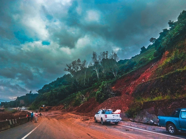 ดินถล่ม.. Mountain Land Vehicle Car Tree Road Sky Cloud - Sky 4x4 Traffic Jam Sports Utility Vehicle Rush Hour Multiple Lane Highway Traffic Motorcycle Dramatic Sky Pick-up Truck Commuter Two Lane Highway Highway Semi-truck London Underground