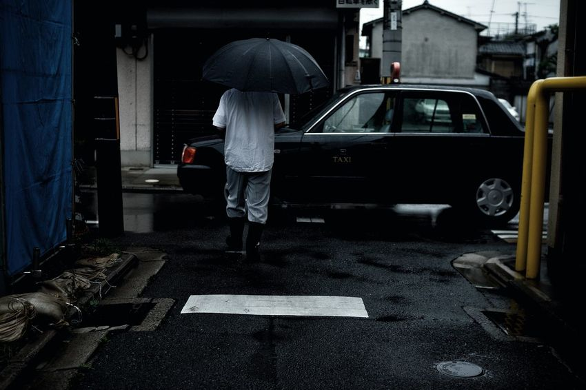 Working Warking Fine Art Streetphotography Fine Art Photography EyeEm Best Shots 京都 アート スナップ Snap 日本 EyeEm 車 The Street Photographer - 2016 EyeEm Awards 2016 EyeEm Awards Rainy Days Rain Umbrella Man Taxi ストリートスナップ 路地 梅雨 Ultimate Japan