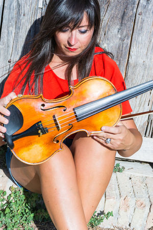 Violin Player Adults Only Beautiful Woman Music Musical Instrument Musician Nature One Person One Woman Only One Young Woman Only Only Women Outdoors Playing Portrait Sitting Violin Violin <3 Violin My Love Violin Practice Violine  Violinist Violins Women Young Adult Young Women