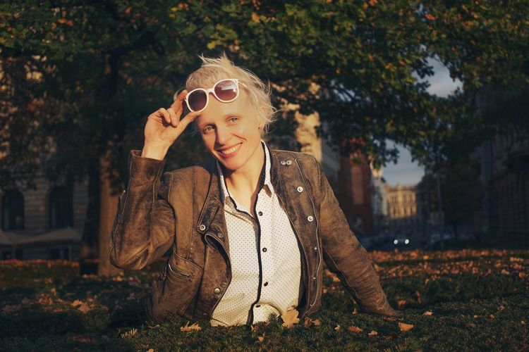 Beautiful woman in the park, white hair Professional Red Lips White Color Trees In The Background Strong Woman Cool Attitude Blue Eyes Sexygirl Nature White Hair Blond Hair Brown Portrait Photography Portrait Of A Woman In The Park Boyish White Haired Woman Leather Jacket Sunset White Glasses Sunglasses Tilda Swinton Beautiful Woman Swinginginaplumtree Happy New Year
