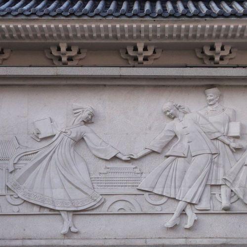 조선 중국 화합을 상징하는 듯한 연변대학 교문의 부조. 한국어학과 가 세다고.