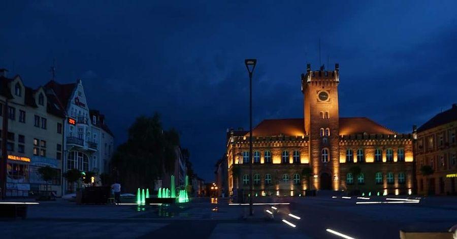 Miasto Polska Szczecinek przed burzą Ratusz City Fontanna Woda Światło