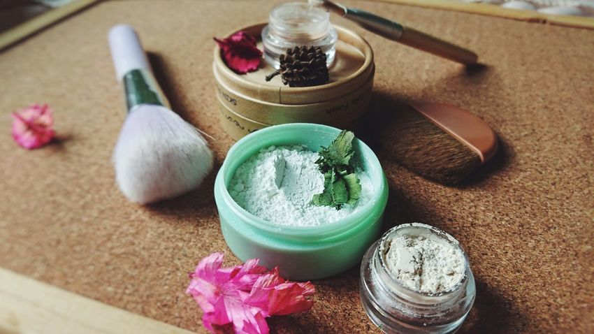white clay. Cosmetics Makeup Brush Beauty Product Loose Powder Soft Clay White Clay Still Life Flower Freshness Green Color Bowl Beauty Product Body Care Aromatherapy Healthy Lifestyle Close-up Spa Treatment Beauty Spa Facial Mask - Beauty Product Herb