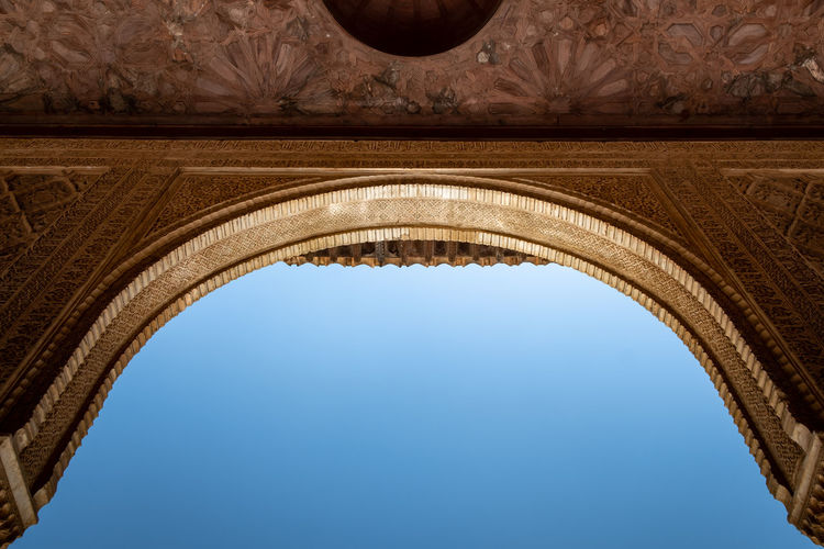 Alhambra (Granada) Alhambra De Granada  Granada, Spain The Week on EyeEm Alhambra Arch Architectural Column Architecture Blue Built Structure Clear Sky Copy Space Day Directly Below History Indoors  Low Angle View Monument Nature No People Ornate Sky The Past Travel Travel Destinations