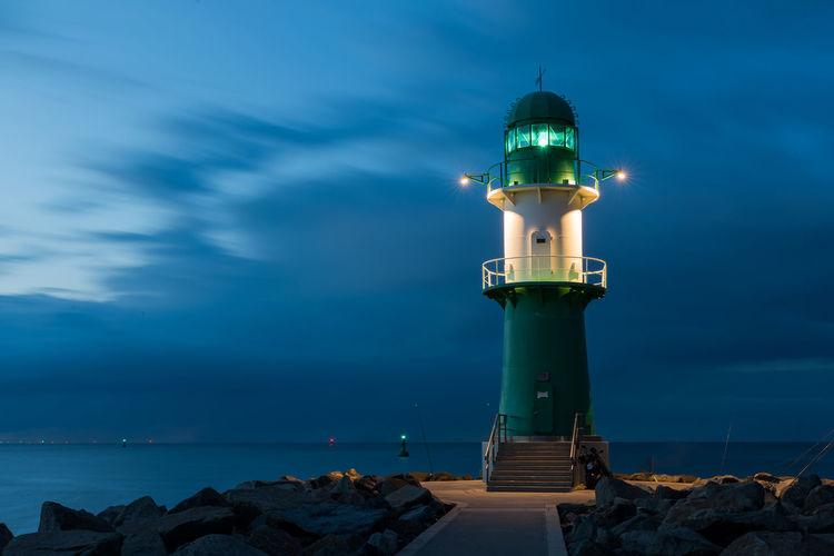 Deutschland Hafeneinfahrt Himmel Langzeitbelichtung Leuchtfeuer Marítim Warnemünde Westmole Wolken Horizont