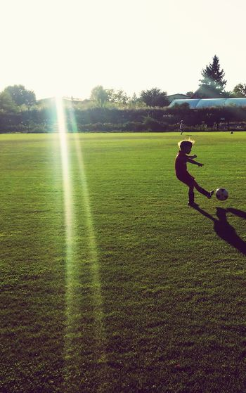 Spätsommer mit Schuss Fussball Fußballfieber Fußballplatz Sonnenstrahlen Sunlight Sonnenschein  Sports Photography Sport Sport In The City