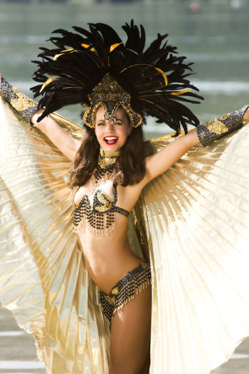 Junges Mädchen in einen sehr aufwendigen Samba-Kostüm Brazil Carnival Rio Samba Arts Culture And Entertainment Beach Beautiful Woman Beauty Clothing Costume Dancing Fashion Feather  Front View Hairstyle Headdress Headwear Leisure Activity Lifestyles One Person Real People Traditional Clothing Women Young Adult Young Women