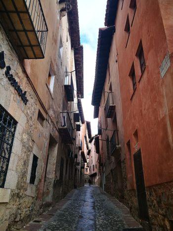 Calle Callejeando Edificios Y Fachadas Edificios Antiguos Albarracín Albarracín Spain Colores Del Mundo Colores Teruel Buildings Architecture Built Structure Building Exterior Alley Day Sky Outdoors