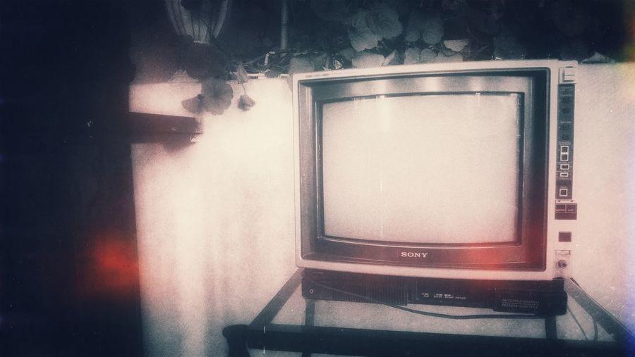 la vieja TV en la sala, la niñez y sus histórias...