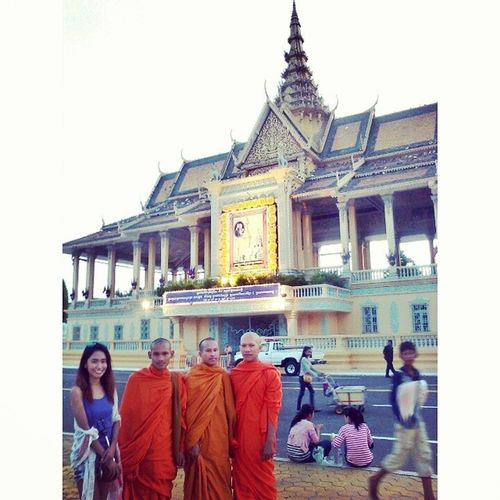 Byahera Turista Phnompenh Wanderer cambodia royalpalacecambodia monks buddhist temple travelphotography @indochinalegend igdaily tourist travelersnotebook