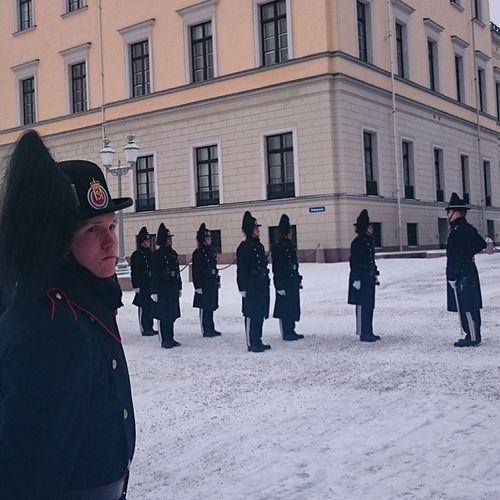 Процедура смены караула у королевского дворца очень медленная и замороченная Осло норвегия король Oslo norway norsk king