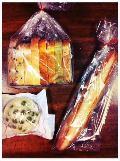 初めて入るパン屋さんってうきうきする。 本当豆パンだいすき(^v^) とても素敵グロい見た目の豆パンに出会ったので更にうきうき♡ Bread